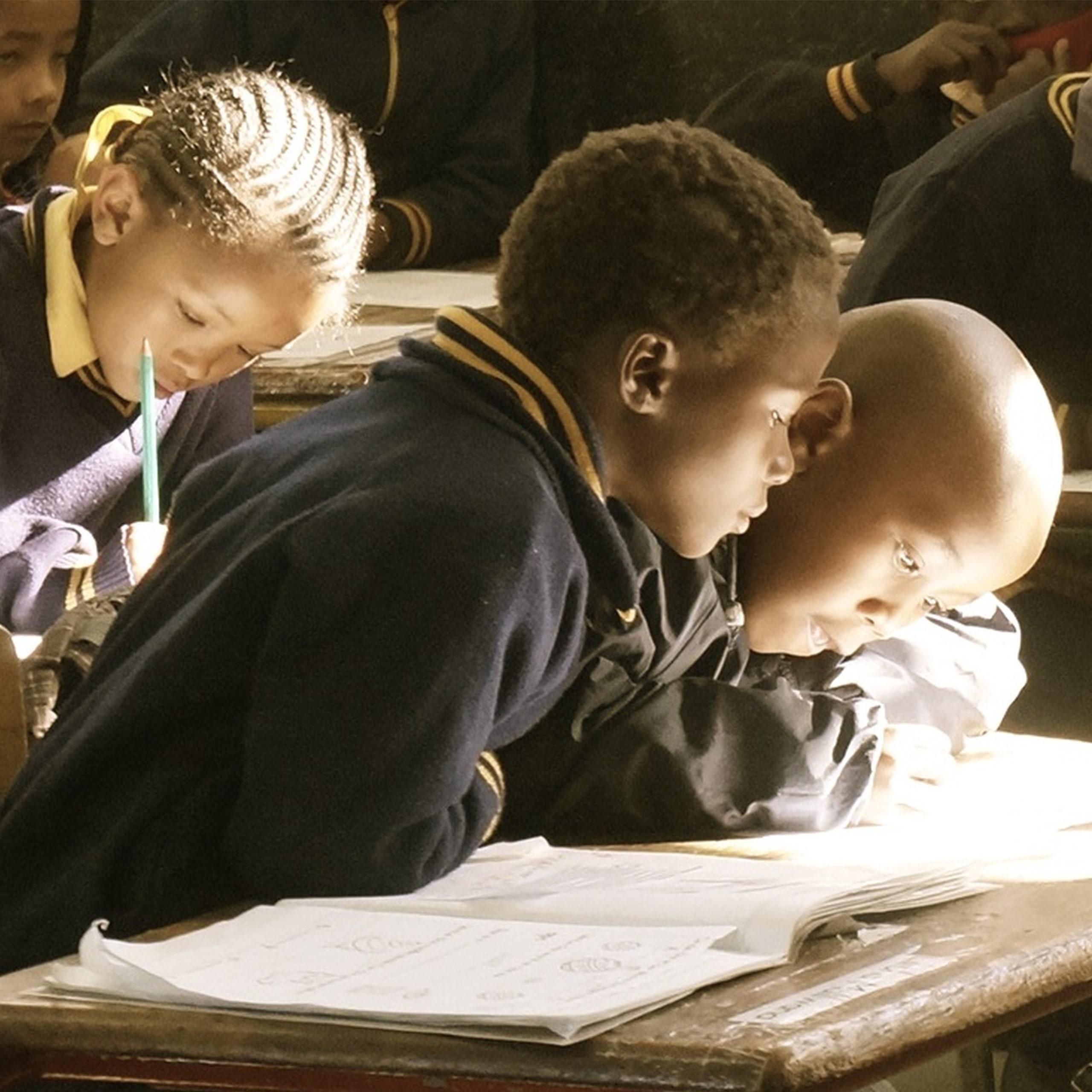 Enfants africains étudiants