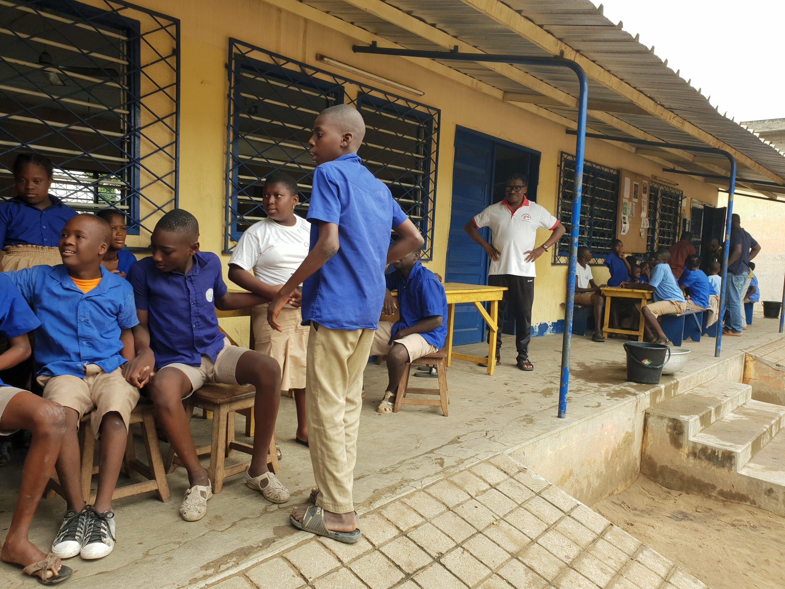 Enfants devant l'école au Togo